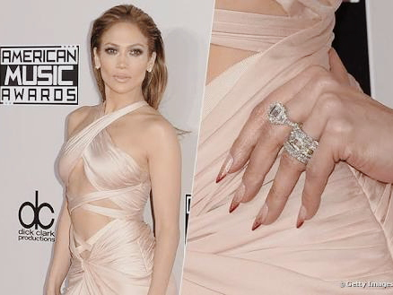 Jennifer Lopez decora as unhas com nota de 100 dólares