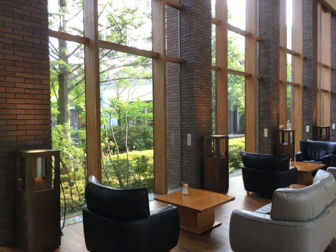 東急ハーベスト旧軽井沢ロビーの重厚感のあるソファと鮮やかな外光