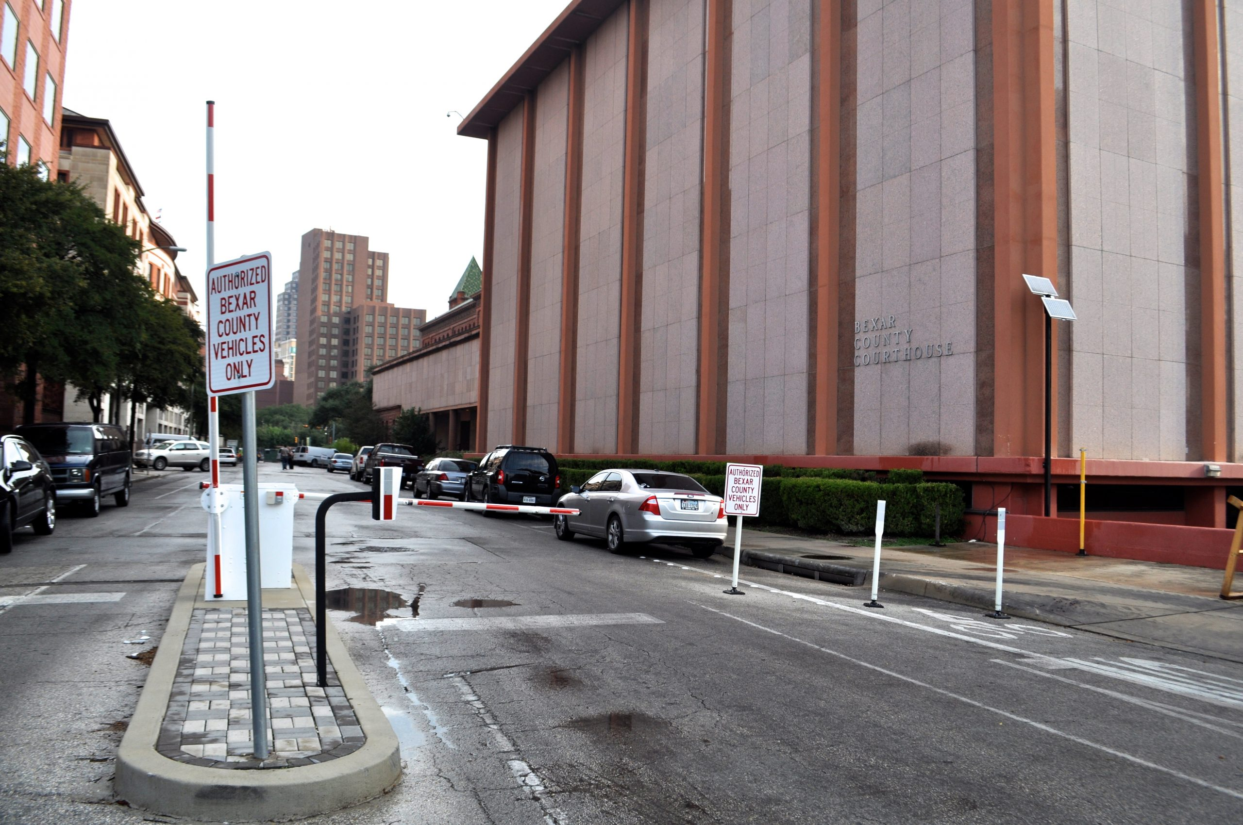 Northbound South Main Avenue dead-ends into authorized parking for Bexar County and Main Plaza. Photo by Iris Dimmick.