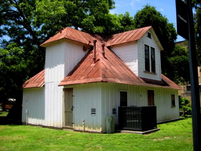Hermann Carriage House before restoration. Photo courtesy of the San Antonio Conservation Society.
