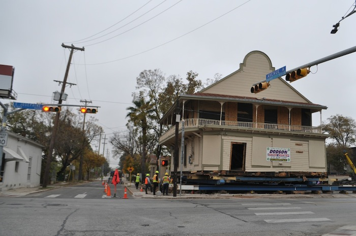 The Dodson House Moving crew gently eases the century-old Boehler House off its foundation for renovation work. Photo by Iris Dimmick.
