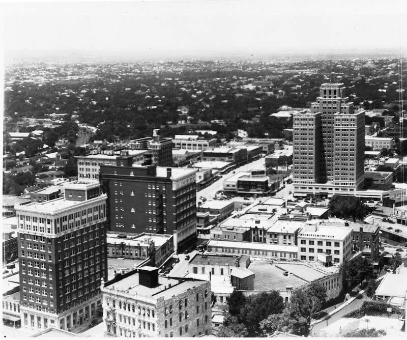 The roof garden on the Solo-Serve building downtown featured a movie screen and projection booth. University of Texas at San Antonio Libraries Special Collections.
