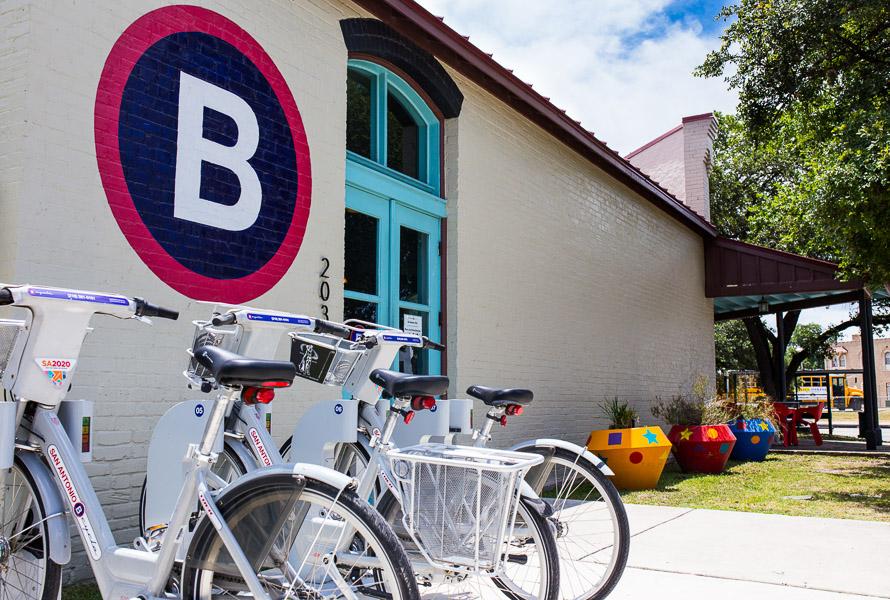 The San Antonio B-Cycle hub located at the corner of César Chávez Boulevard and South Alamo Street. Photo by Scott Ball.
