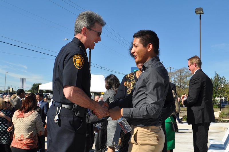 SAPD Chief William McManus shakes hands with Blue Hess. Photo by Iris Dimmick.