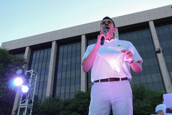 Noah Almanza, President and CEO of the San Antonio Parks Foundation emcees the Dinner En Blanc celebration in Travis Park. Photo by Bria Woods.