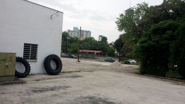 The lot behind 812 South Alamo St. will be turned into a parking lot for the credit union and other tenants. Photo by Iris Dimmick.