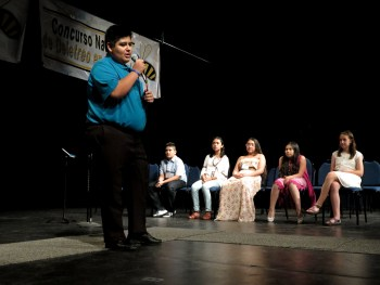 Andres Arreola, last year's winner of the National Spanish Spelling Bee wishes the last five contestants standing good luck. Photo by Rocio Guenther.