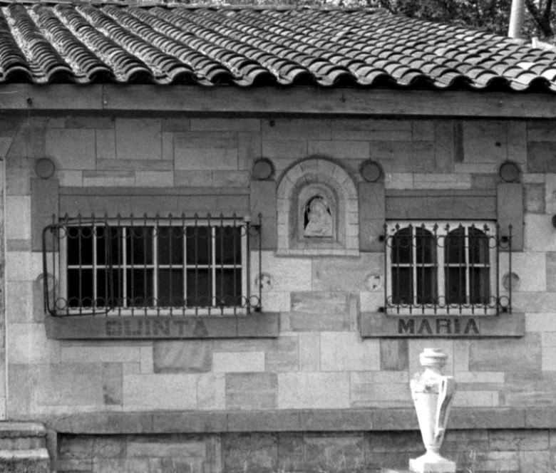 The original façade of the summerhouse Quinta María, which was built circa 1921. At center is a ceramic fresco of mother and child framed by a multi-leveled arch design. Photo by Elise Urrutia, 1980.