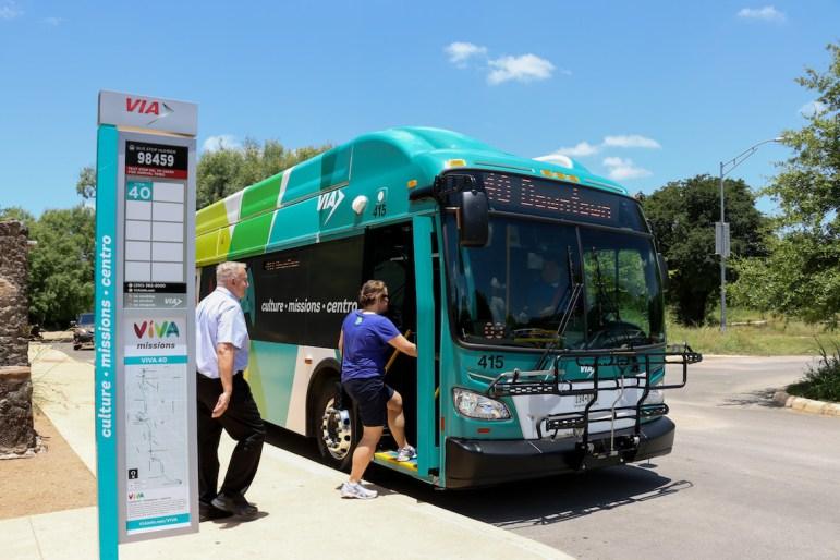 vivabus-riders-boarding27-1