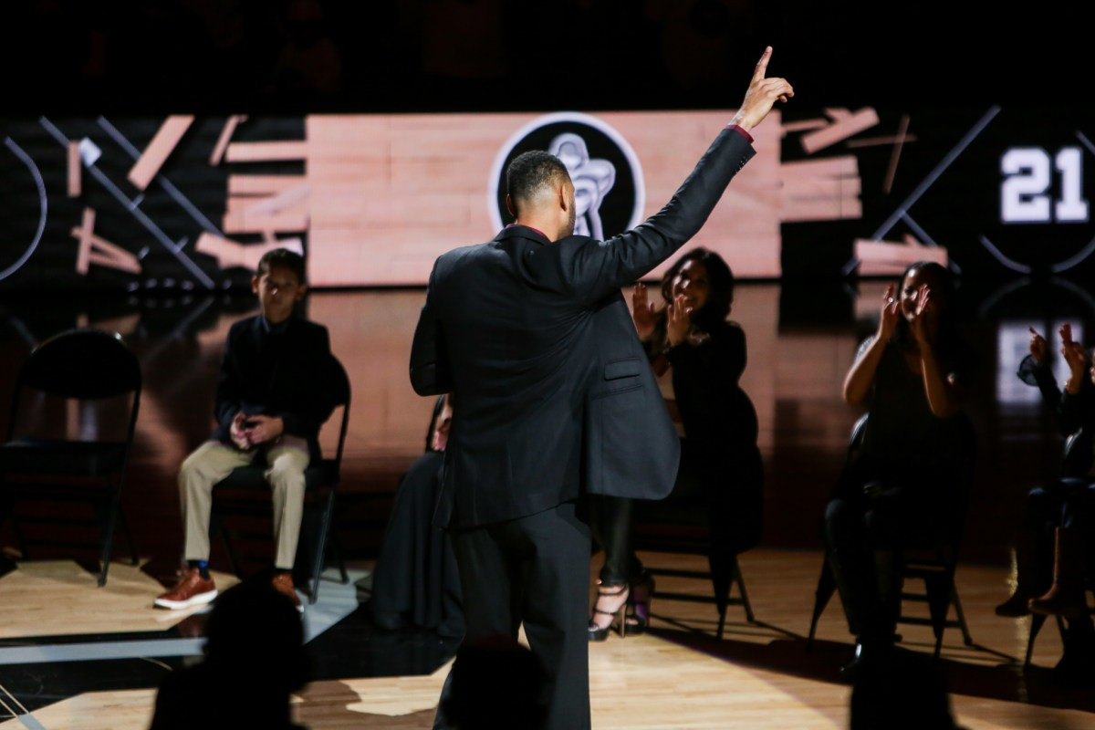 Tim Duncan points to the air following his speech.