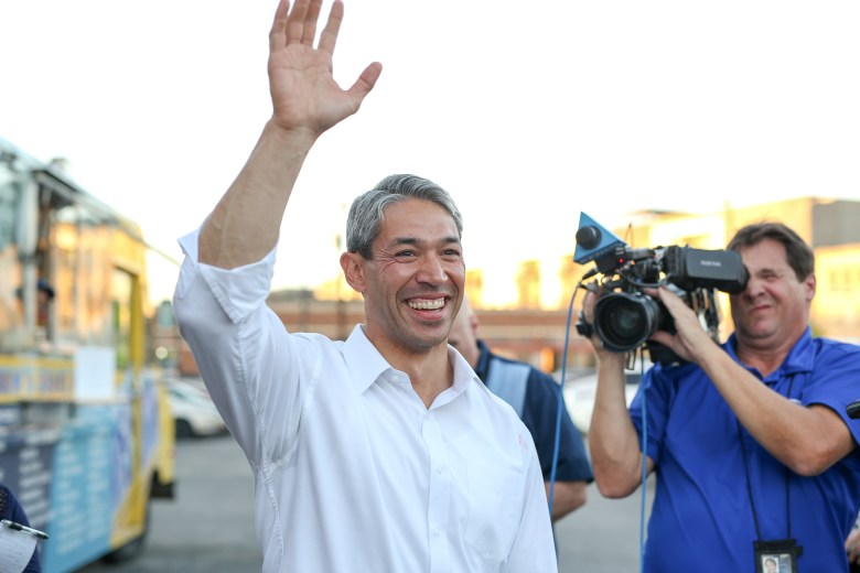 Ron Nirenberg arrives to his campaign headquarters with applause.