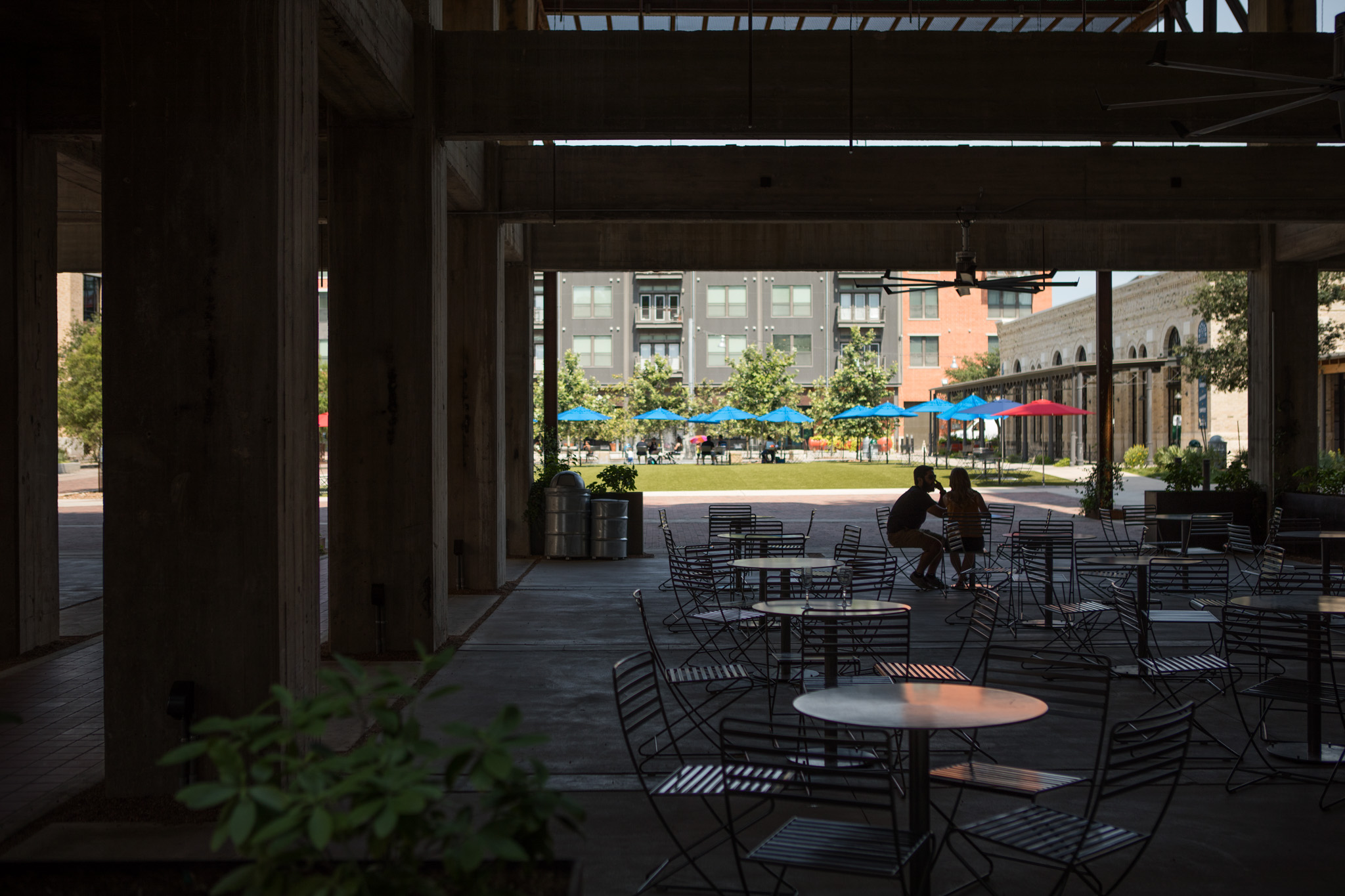 A couple enjoys a bite outside at the Pearl.