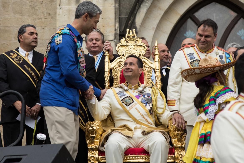 Mayor Ron Nirenberg (left) shakes Rey Feo LXX Ken Flores's hand.