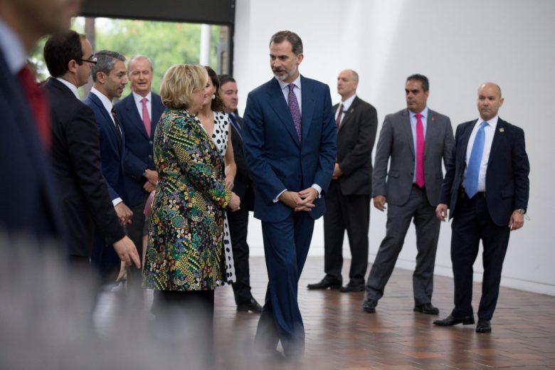The King and Queen of Spain walk with San Antonio Museum of Art Director Katie Luber.