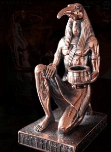 """Thoth fue llamado """"el Señor de los Libros Divinos"""" y """"el Escribano de la Compañía de Dioses."""" Él es generalmente representado con el cuerpo de un hombre y la cabeza de un ibis. El sentido simbólico exacto de esta ave nunca ha sido descubierto."""