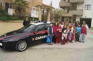 Gli alunni della 'Leonardo Bianchi' in visita dai Carabinieri