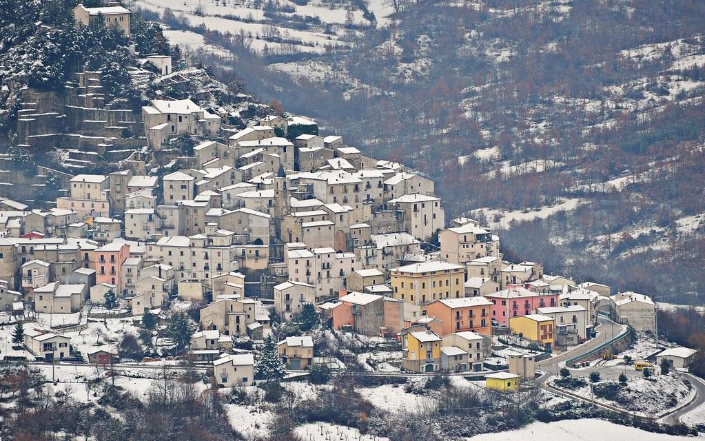 Reddito di residenza attiva: 700 euro al mese.