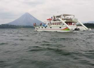 Catamaran es la nueva atraccion a bajo costo, en la Laguna del Arenal