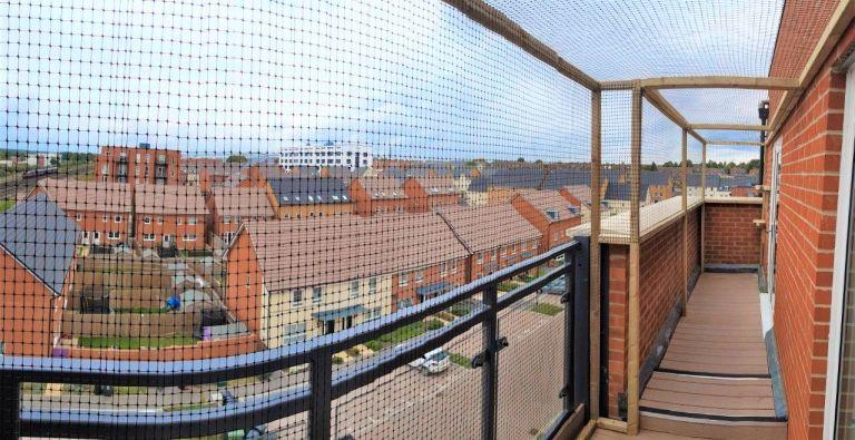 Balcony enclosure screen for cats