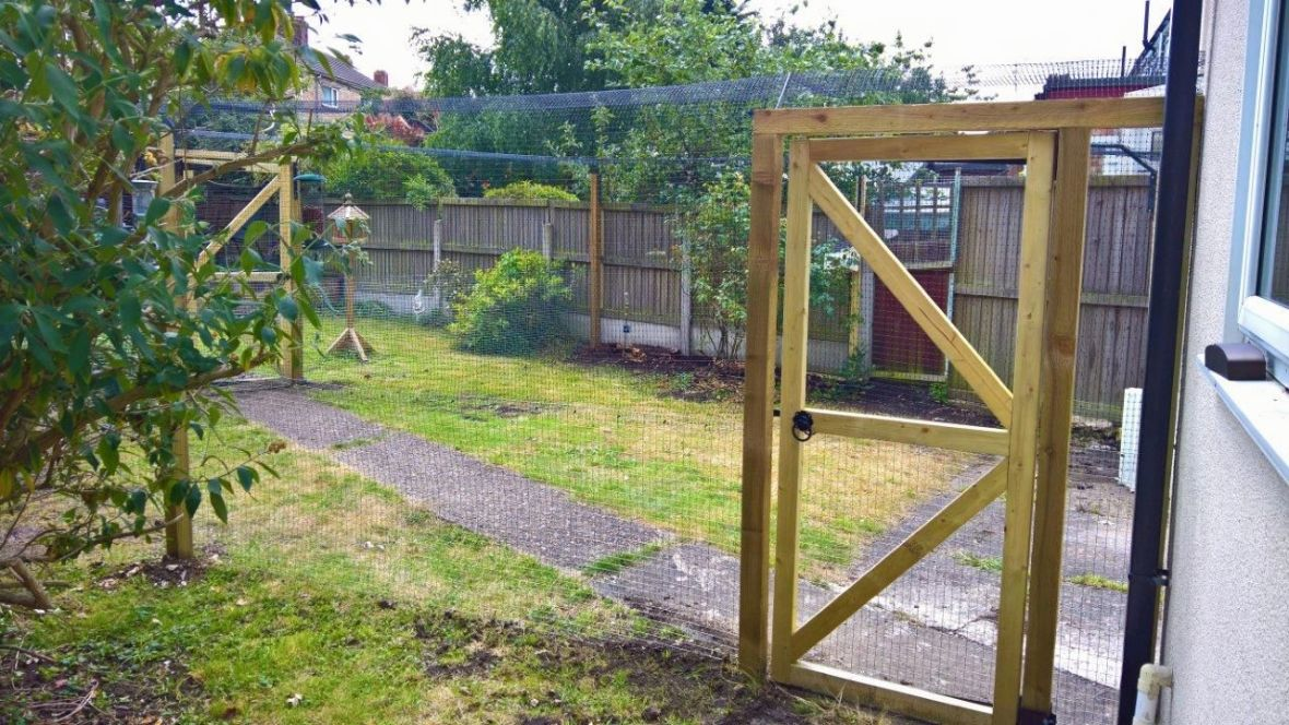 Garden cat fence with gate