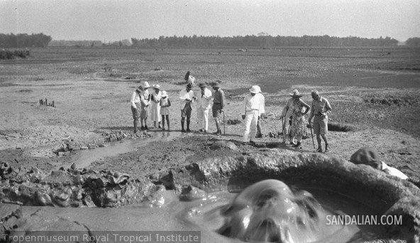 Anggota klub sejarah alam (natuurhistorische vereniging) sedang melihat air yang menyembul dari dalam tanah