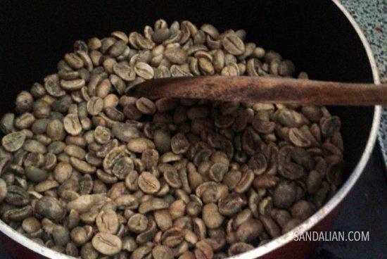 Biji kopi di dalam wajan teflon