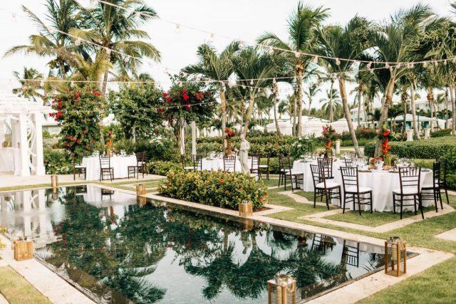 Jardin luxuriant avec piscine réfléchissante