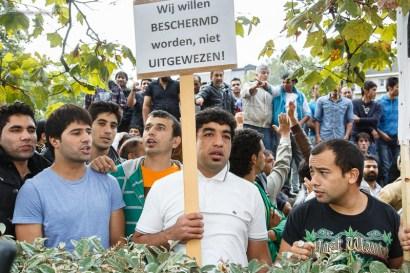 Een honderdtal Afghaanse asielzoekers is vanochtend naar het kabinet van staatssecretaris voor Asiel en Migratie Maggie De Block (Open Vld) gestapt om er te protesteren tegen haar asielbeleid.Demonstranten staan achter een heg met de tekst: wij willen beschermd worden, niet uitgewezen.