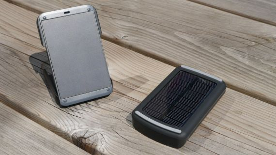 links de WakaWaka Power, rechts de A-solar Powerdock AM406
