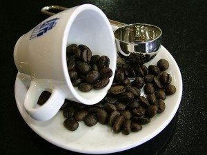 Fallen_coffee_cup_with_beans