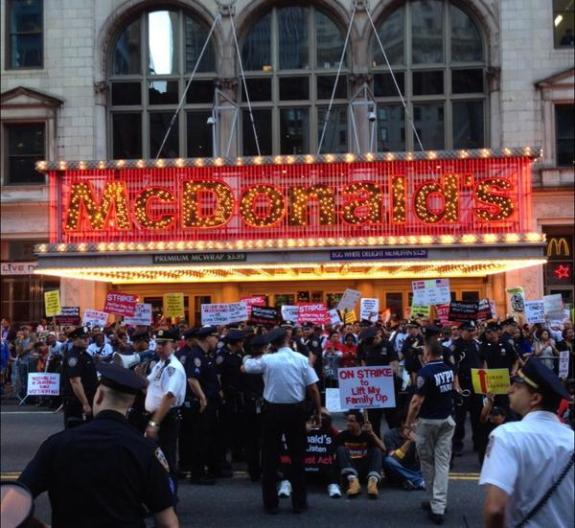 Strikers staged a sit-in at the Times Square McDonalds vai Jobs With Justice Twitter
