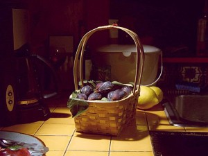 Still life : basket of figs on kitchen counter