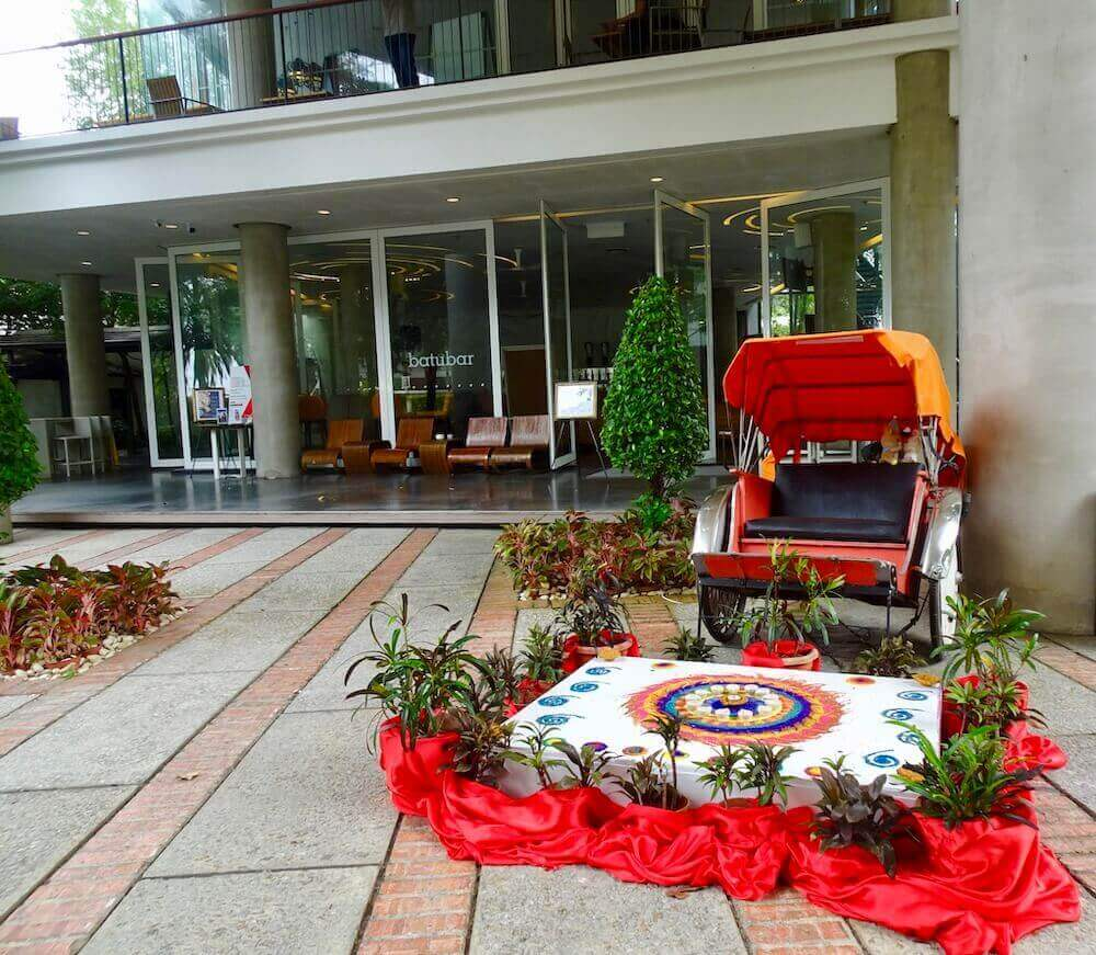 trishaw at entrance Lone Pine Hotel