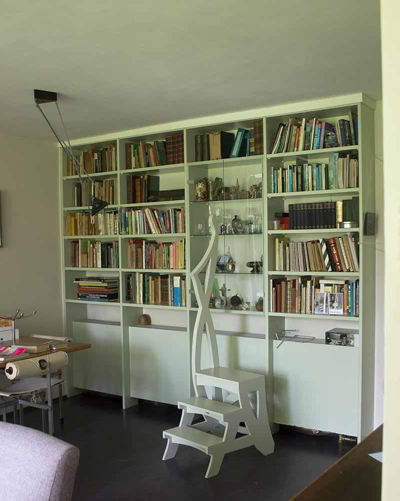 Bibliotheektrapje in interieur
