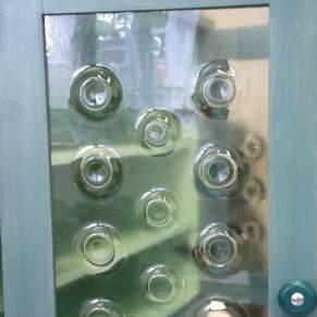 Kast met glas in de deuren