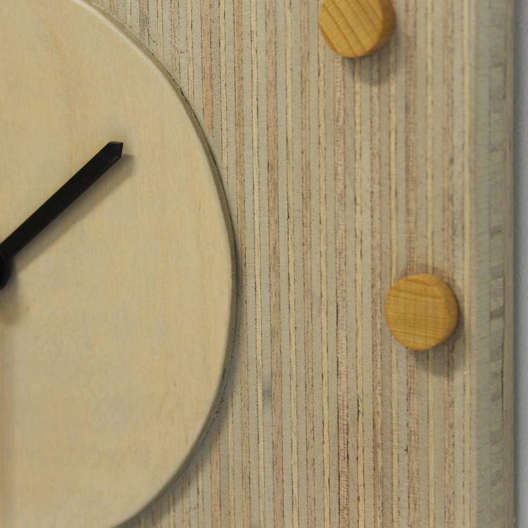Grijs klokje met houten schijfjes