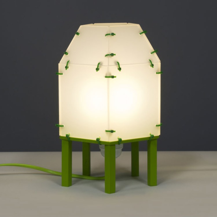 Lampje van plexiglas met groene pootjes