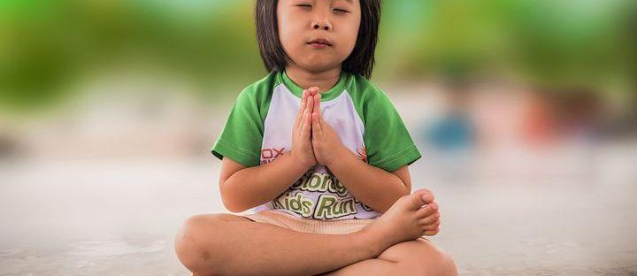 Un enfant en position du lotus méditant