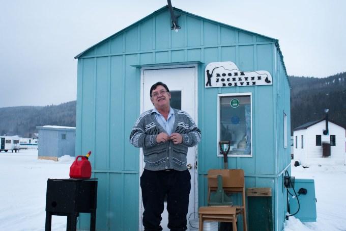 Roger vient pêcher au même endroit depuis plus de vingt ans.