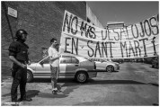 Pancarta de simpatizantes del colectivo: No más desalojos en Sant Martí