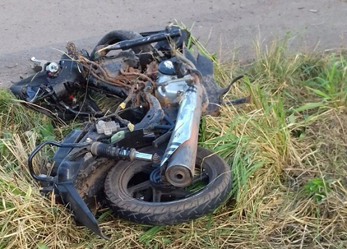 Uma das motos ficou completamente destruída após o acidente. Foto: Divulgação