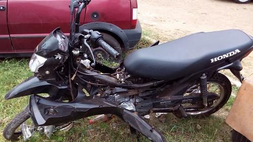 Motocicleta envolvida no acidente (Foto: Sandro Vagner)