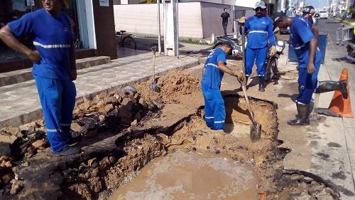 Oper´rios da CAEMA trabalhando no local do rompimento em Pedreiras/Foto: Sandro Vagner