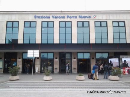 Stasiun Verona Porta Nuova, foto ini ku ambil ketika aku kembali ke Verona sepulang dari Venezia hendak kembali ke Genova, sore hari