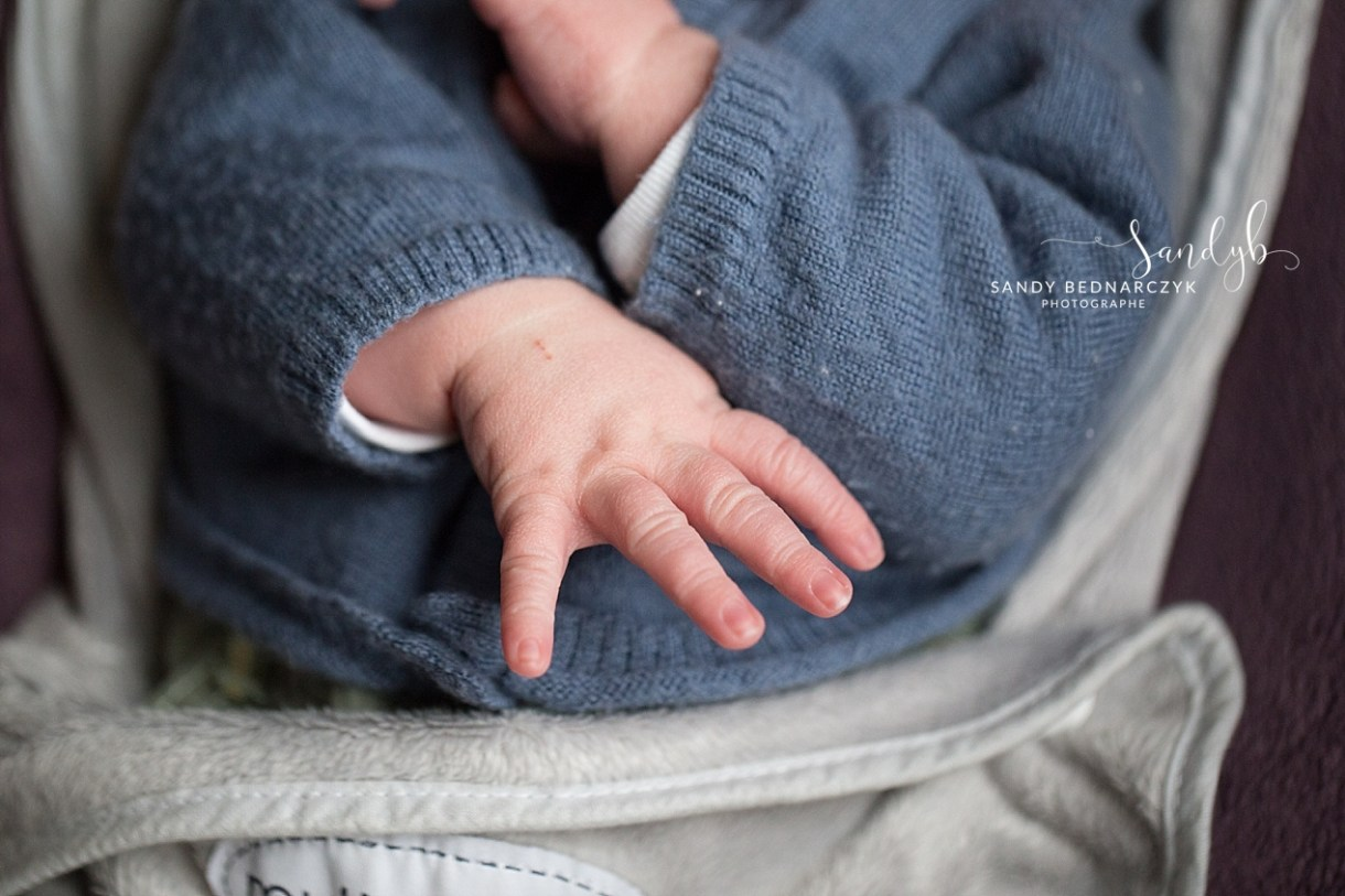 photo de détail des mains de nouveau-né