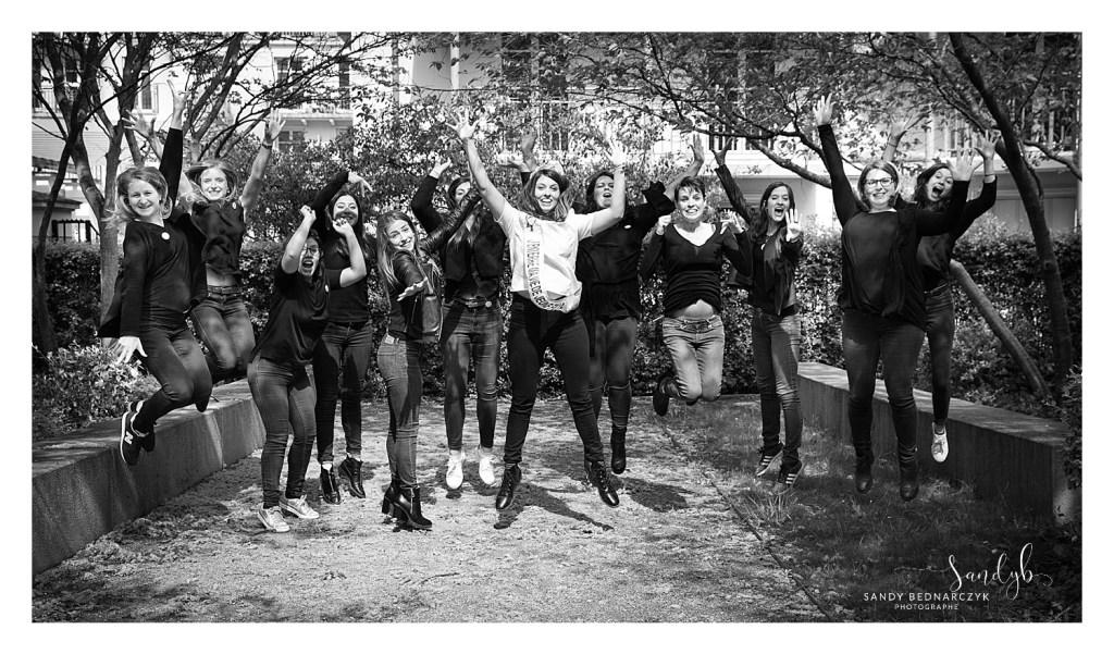 photo noir et blanc - super saut du groupe