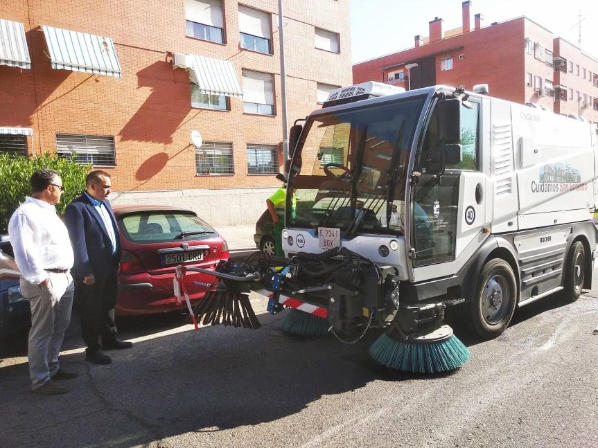 El alcalde, Javier Corpa presencia las labores de limpieza