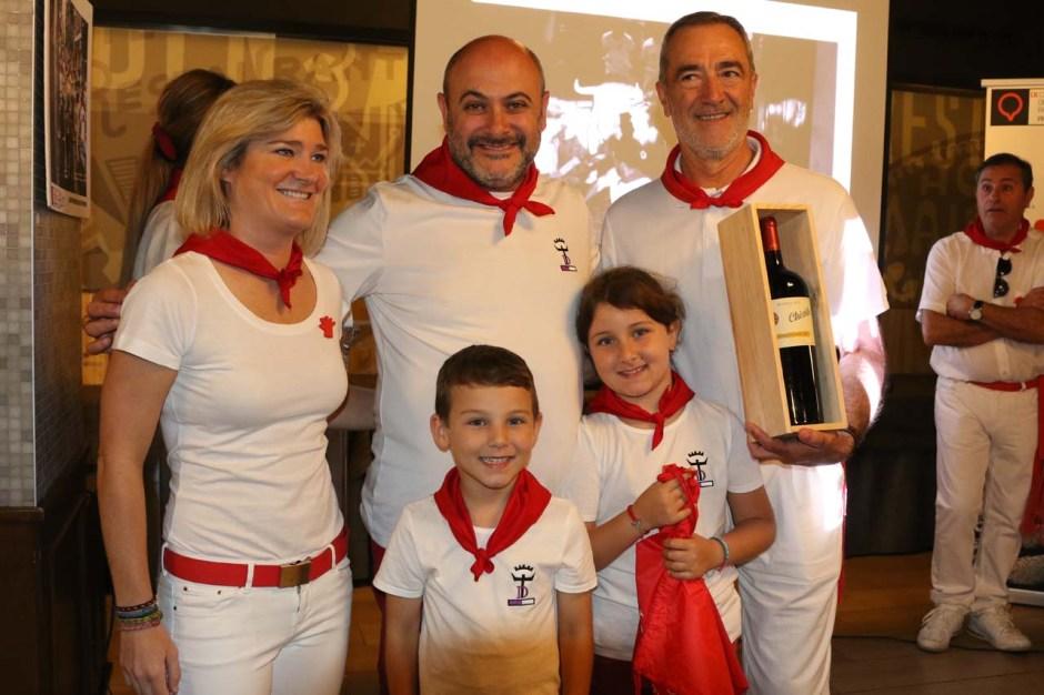 La concejala de Cultura de Pamplona, María García Barberena, entregó el premio al ganador del segundo premio, David González del Campo, que lo recogió acompañado por sus hijos, Rubén y Carolina.