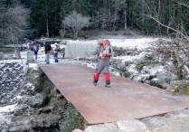 大きな鉄板を渡ると登山口。