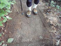 ぬかるみの登山道には麻のムシロが敷詰めてある。